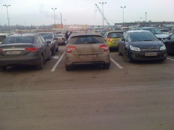 Я удачно припарковалась )) в окружении ситроенов и главное -  строго по центру ))