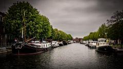 В Брюгге цветут каштаны, небо затянуто тучами, накрапывает, и плюс десять...