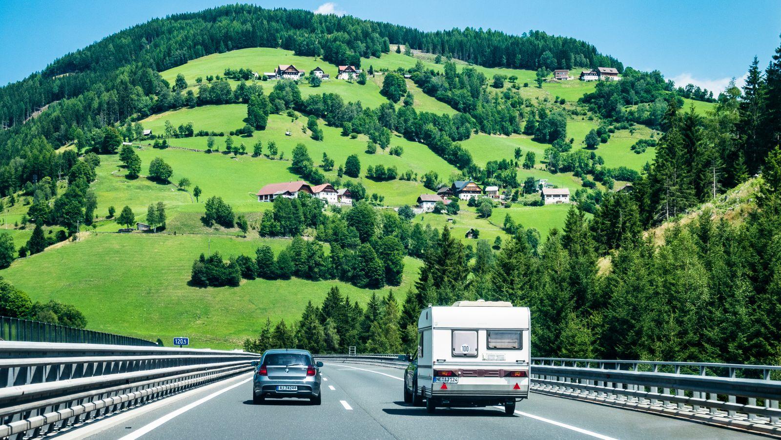 Австрия. Вид с автобана на альпийские деревни.